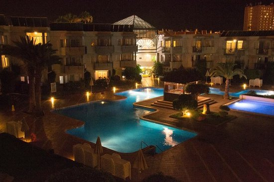 HG Tenerife Sur Apartments : The pool area at night