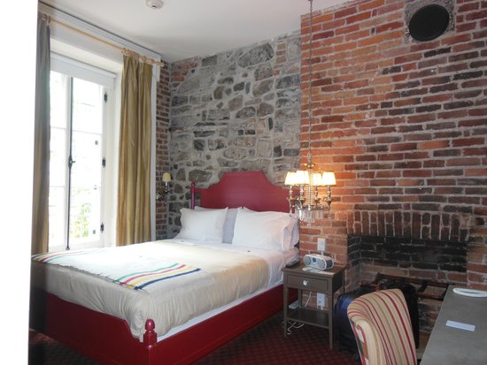 Auberge Place D'Armes: Warm and inviting room