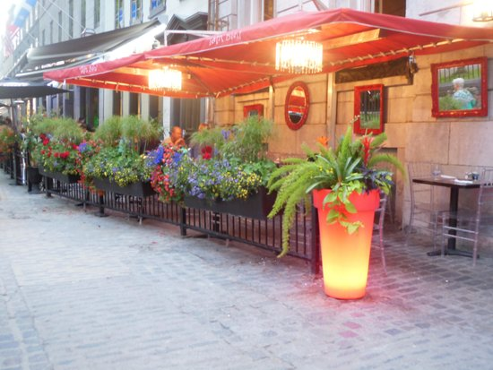 Auberge Place D'Armes: restaurant at night
