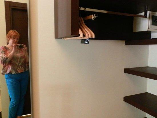 I Portici Hotel : Вешалка для одежды, заменяющая платяной шкаф.