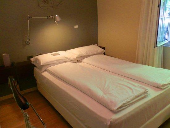 I Portici Hotel : Кровать в стандартном номере для худеньких.