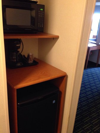 Fairfield Inn & Suites Bloomington: Noisy fridge in king suite