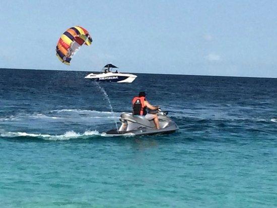 Jumeirah Vittaveli: Parasailing and jet skiing