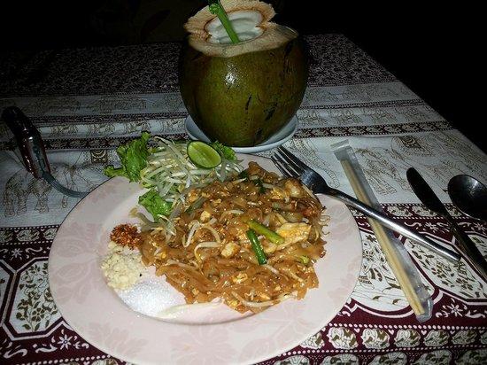 Golden Elephant: il mio padh thai seafood e young coconut  come aperitivo