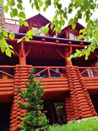 Memphis Zoo: Replica of Old Faithful Inn at the Teton Trek Habitat