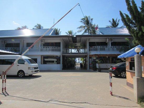 Andaman Lanta Resort : Hotel from the roadside