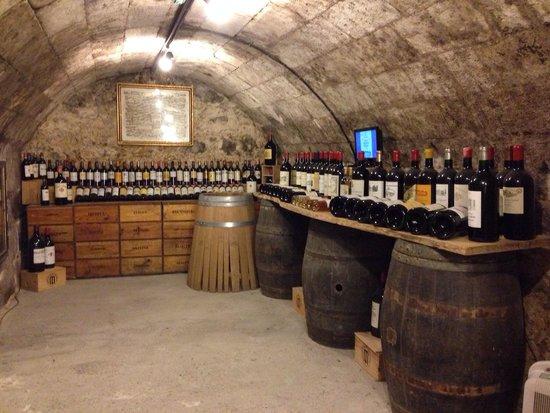 Musée du Vin et du Négoce : 内部には各産地のマグナムボトルが!