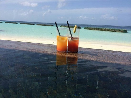 Constance Moofushi: Cocktails on the pool.