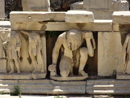 Theater of Dionysus: 彫刻像