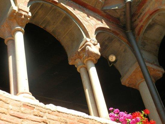 Basilica - Santuario di Santo Stefano: Капители колонн клаустера