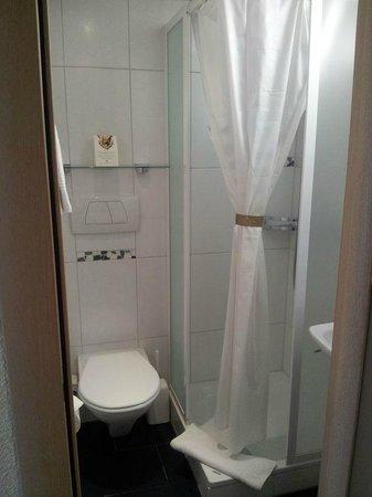 dusche mit vorhang bild von hotel krone unterstrass. Black Bedroom Furniture Sets. Home Design Ideas