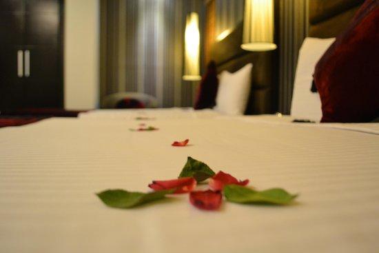 Hanoi Elegance Diamond Hotel : flowers on the bed