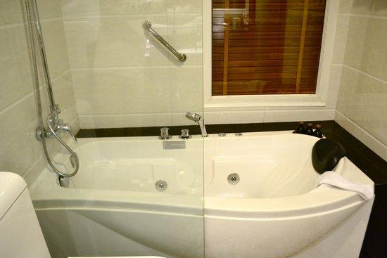 Hanoi Elegance Diamond Hotel : the tub