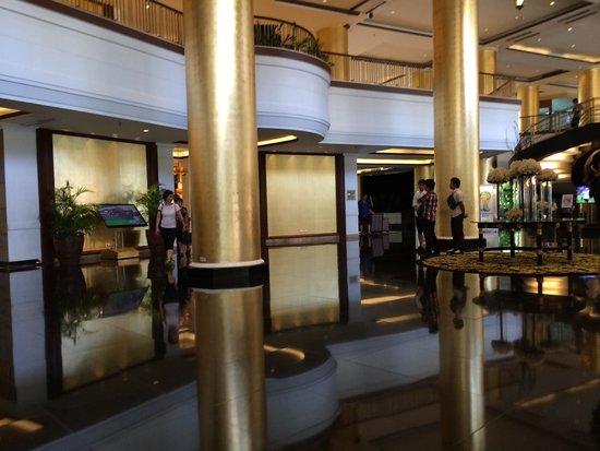 Dusit Thani Manila: ホテルのロビー タイの資本なのでタイ風です(台風ではありません)