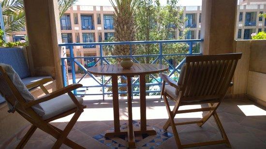 Le Medina Essaouira Hotel Thalassa Sea & Spa - MGallery by Sofitel-: Balkon mit Sitzbänken, Stühlen, Tisch