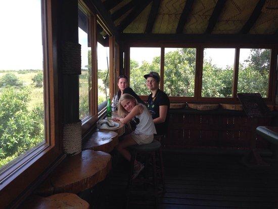 Keekorok Lodge-Sun Africa Hotels : En bar rett ved vannhullet til flodhestene