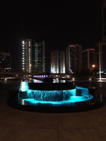 Jumeirah Emirates Towers: Entrance Fountain