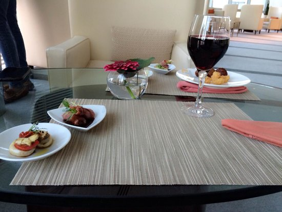 Jumeirah Emirates Towers: Club perks - Happy hour canapes