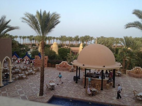 The Grand Makadi Hotel: View over hotel grounds from area above reception