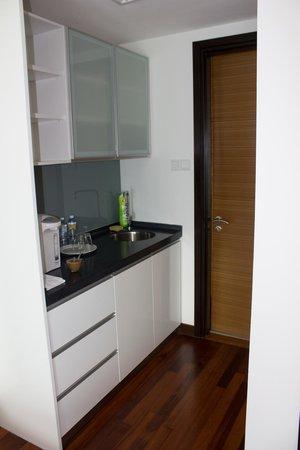 Sarang Galloway Bed & Breakfast: Kitchenette, bathroom behind door