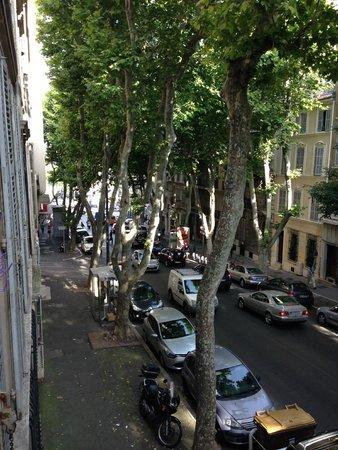 azur hotel : Caddeye bakan odanın manzarası