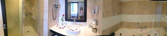 Elysium Resort & Spa : Large bathroom