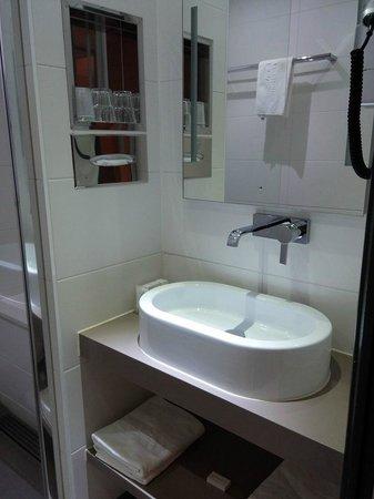 Van Der Valk Hotel le Catalogne: Bathroom, sink