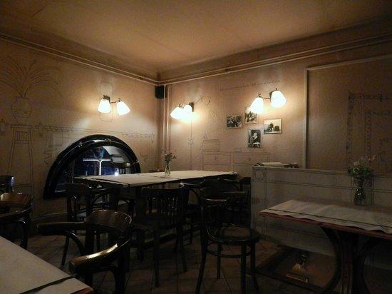 M. Restaurant: Non sono riuscita a catturare la luce così com'era ma per lo meno l'arredamento sì:)