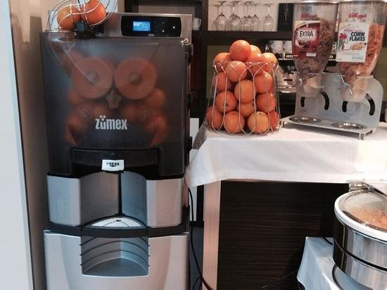 Privilege Appart-Hotel Clement Ader: Freshly squeezed orange juice at a press of a button is a highlight