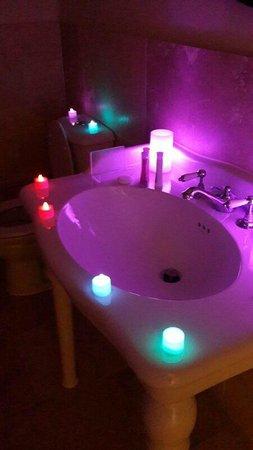 The White Hart Hotel: Room 2 - Shower Room