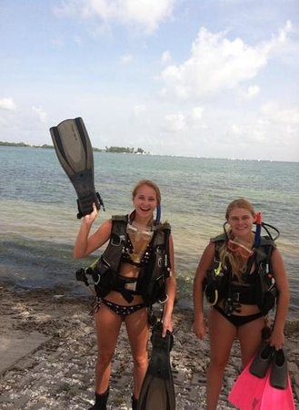 Florida Underwater Sports: Girls doing their open water checkout dives.