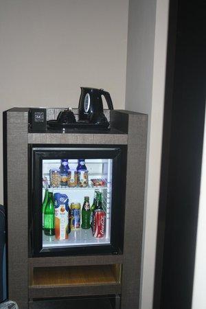 Rome Times Hotel: Fridge & hot drinks