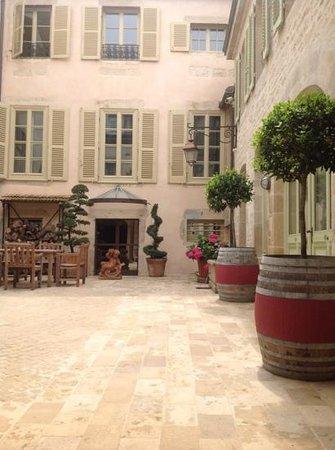 Chez Les Fatien: the wonderful courtyard
