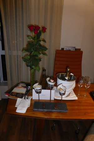 Hilton Cape Town City Centre: Roses and Champagne on arrival