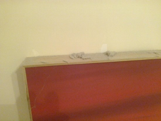 Springfield Guest House: Dust on top of picture in bathroom!!!!!!!