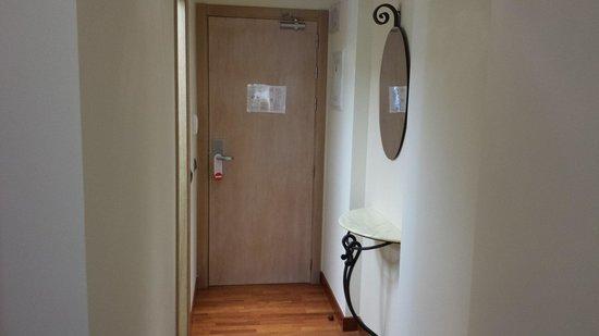 Hotel Casa Consistorial: Entrada habitación doble