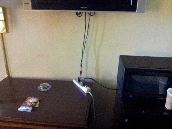 Quality Inn Wilmington: How the tv is plugged up with fridge