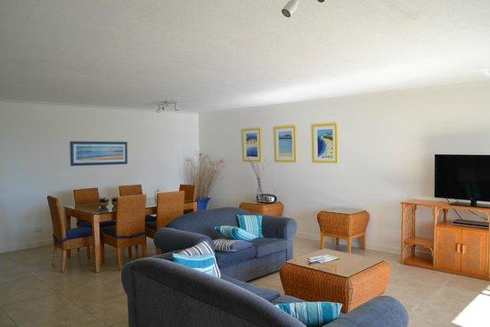 Sundeck Gardens: living/diningroom