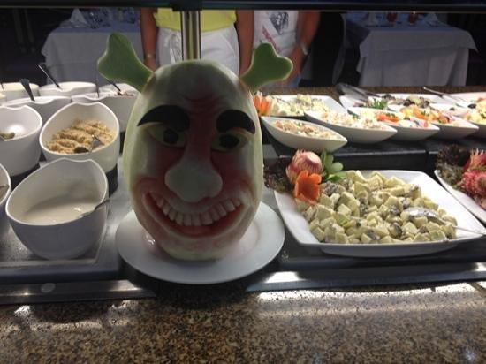 Hotel Riu Palace Mexico: melon carving at dinner