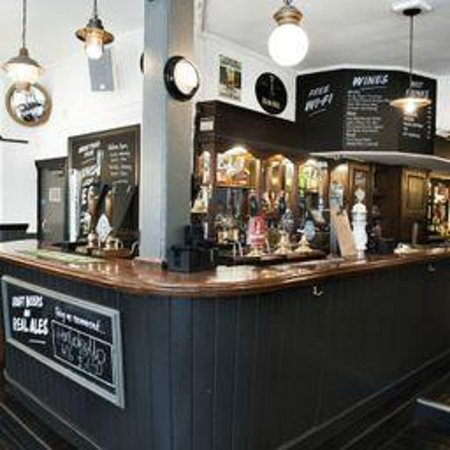 St. Christopher's Inn Hostel - London Bridge: Traditional London Pub Downstairs with Free WiFi