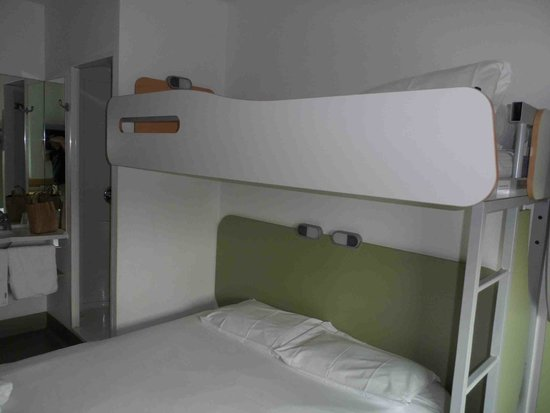 Ibis Budget London Hounslow: Third person sleeps perpendicular above main bed