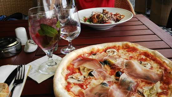 Pizza Coloseum : food