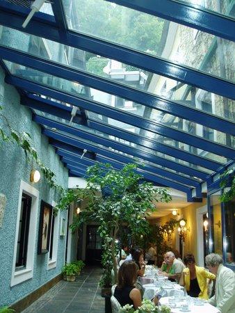 Schlossberg Hotel : 朝の光が差し込む中庭での朝食