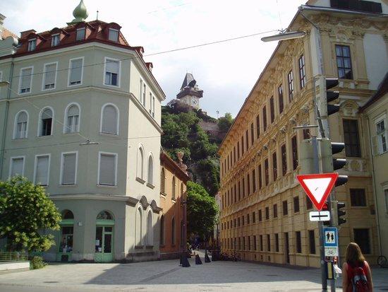 Schlossberg Hotel : シュロスベルグを見上げる