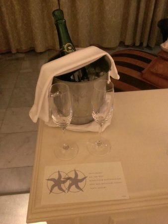 Iberostar Grand Hotel Paraiso: Champagne for our anniversary!