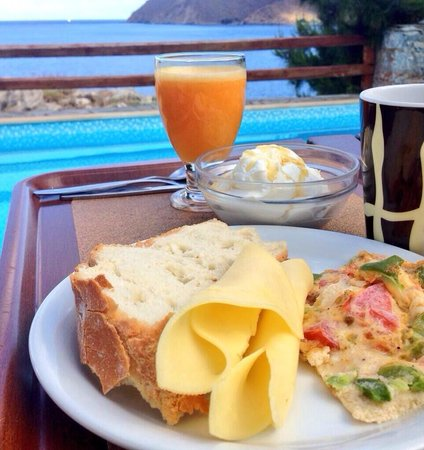 Yperia Hotel: Brekkie by the pool