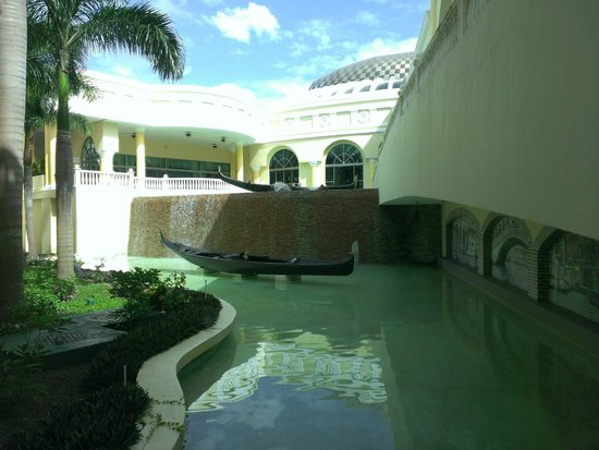 Iberostar Grand Hotel Paraiso: One of the water features between buildings