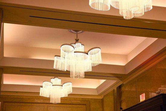 Loews Regency New York Hotel: lobby lighting
