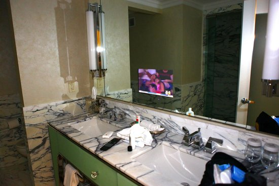 Loews Regency New York Hotel: tv in the bathroom mirror!