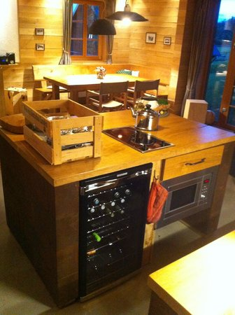 Bergdorf LiebesGrün: Kitchen with drinks cooler, microwave and hotplates.
